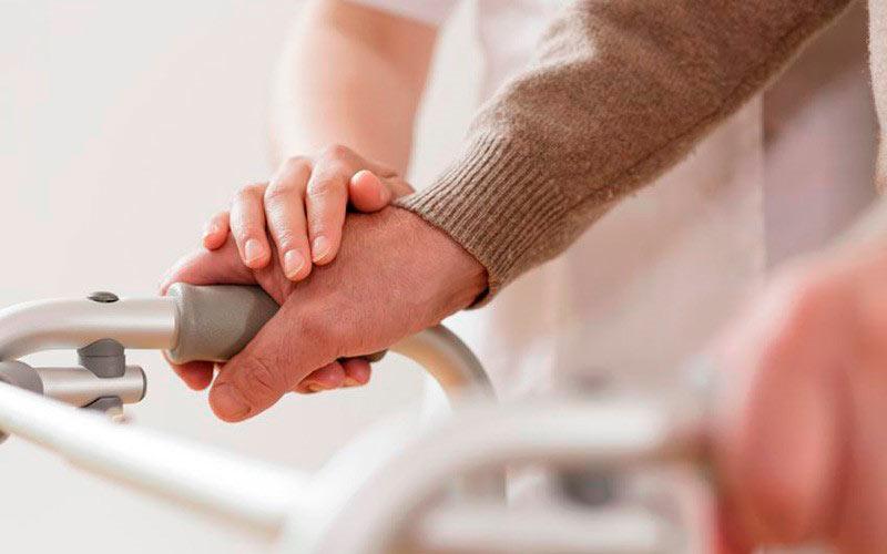 Anciano tratándose en Lledó Neurología